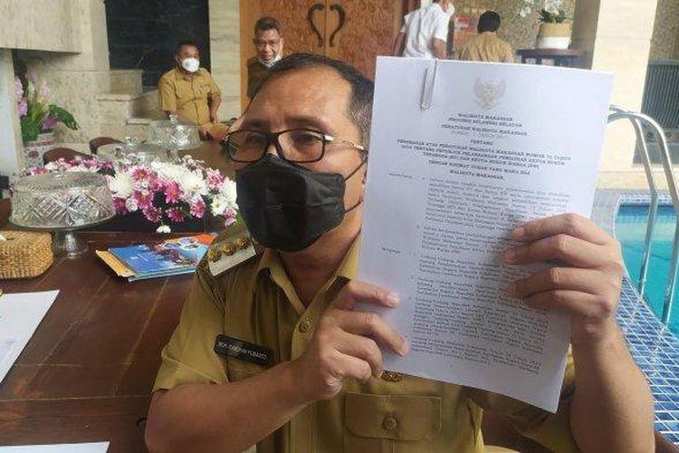 Wali Kota Makassar, Danny Pomanto, saat menunjukkan Perwali Nomor 1 Tahun 2017, tentang pelaksanaan pemilihan Ketua RT/RW.