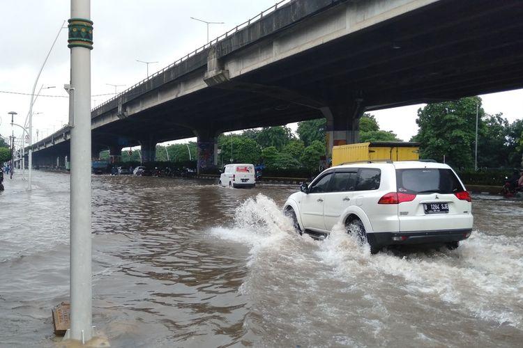 Banjir terjadi di depan gedung Gudang Garam, Cempaka Putih, Jakarta Pusat, Sabtu (8/2/2020)