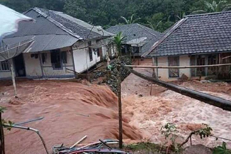 Luapan air menggenangi rumah warga di salahsatu wilayah desa yang terkena bencana banjir bandang di wilayah selatan Cianjur, Jawa Barat, Kamis (21/3/2019).