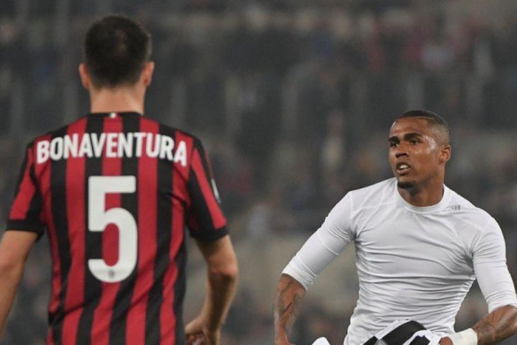 Pemain sayap Juventus, Douglas Costa (kanan), merayakan gol yang dicetak ke gawang AC Milan dalam laga final Coppa Italia di Stadion Olimpico, Roma pada 9 Mei 2018.