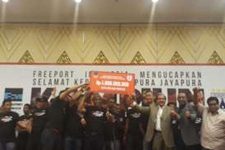 PT Freeport Indonesia menyerahkan hadiah Rp 1 miliar kepada Persipura Jayapura atas keberhasilannya menjuarai TSC 2016.