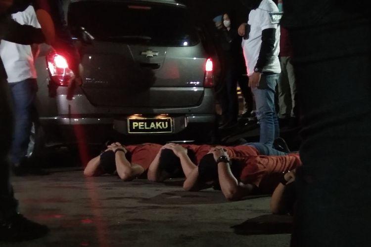 Adegan penggeledahan para rekonstruksi kasus penembakan enam anggota FPI di rest area KM 50 tol Jakarta-Cikampek, Senin (14/12/2020) dini hari.