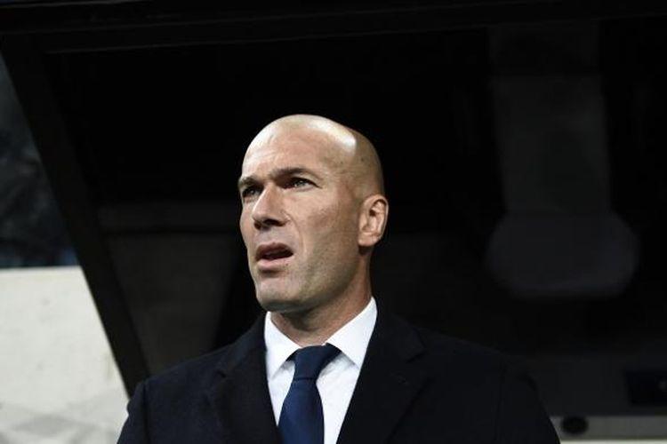Pelatih Real Madrid, Zinedine Zidane, menyaksikan anak asuhnya bertanding melawan Legia Warsawa, di Pepsi Arena, Rabu (2/11/2016) waktu setempat.