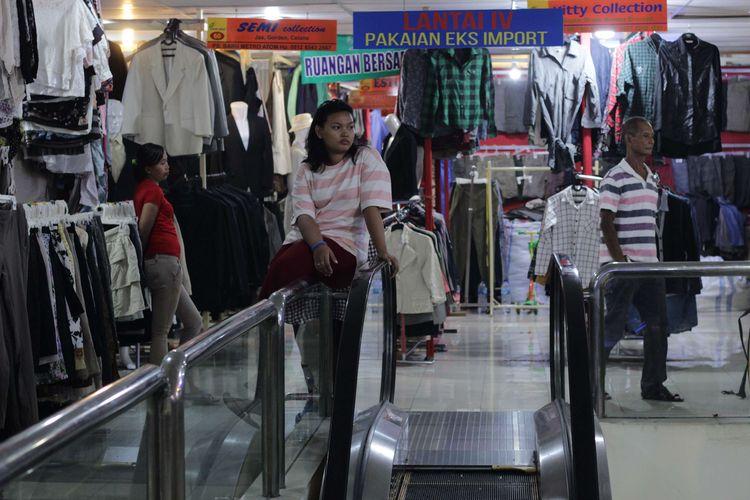 Pedangang yang menunggu kedatangan pembeli di Pasar Baru Metro Atom, Jakarta Pusat, Rabu (4/12/2019). Pemindahan ini karena para pedagang berjualan di bahu Jalan Raya Senen menyebabkan kemacetan dan terlihat kumuh.
