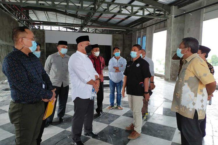 Bupati Aceh Tengah, Aceh, Shabela Abubakar meninjau finishing akhir pembangunan Parkside Gayo Petro Hotel, Sabtu (23/1/2021)