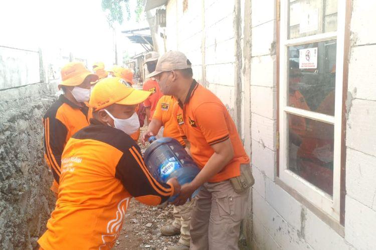 Satpol PP bantu pindahkan barang barang warga bantaran kali Rawa Rengas ke rusun, Senin (19/10/2020)
