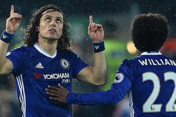 Bek Chelsea asal Brasil, David Luiz (kiri), melakukan selebrasi bersama kompatriotnya, Willian, setelah mencetak gol ke gawang Liverpool pada pertandingan Premier League di Anfield, Liverpool, Selasa (31/1/2017).