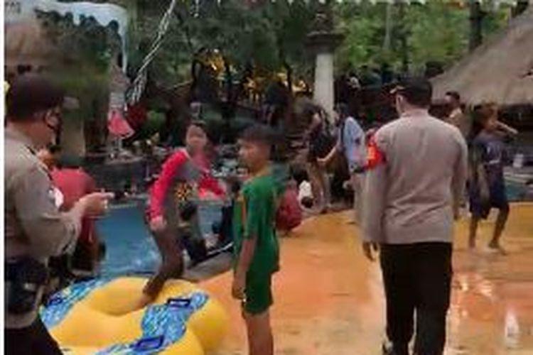 Polisi membubarkan kerumunan pengunjung di Waterboom Lippo Cikarang pada Minggu (10/1/2021).