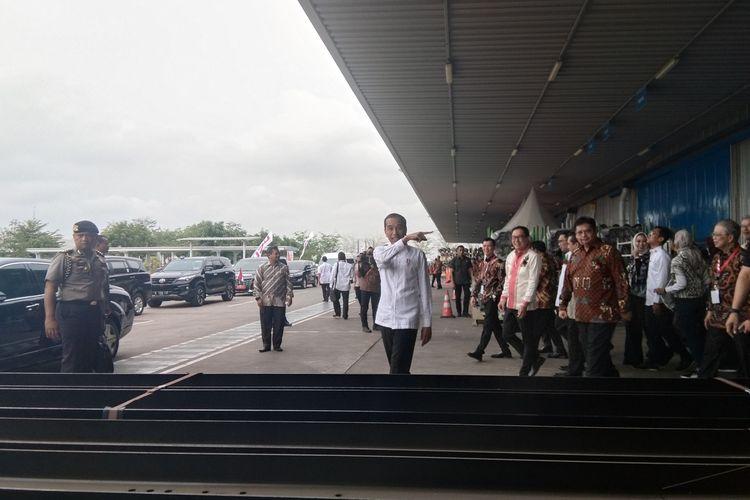 Presiden Jokowi didampingi Menko Perekonomian Airlangga Hartanto usai meresmikan ekspor perdana Izuzu Trada di PT IAMI, Kawasan Indistri Surya Cipta, Karawang, Kamis (12/12/2019).