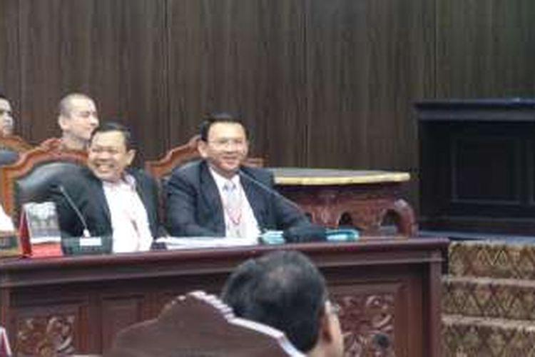 Gubernur DKI Jakarta Basuki Tjahaja Purnama saat mendengarkan saksi ahli dari Presiden Joko Widodo pada sidang MK tentang cuti bagi petahana, di Gedung MK, Kamis (6/10/2016).