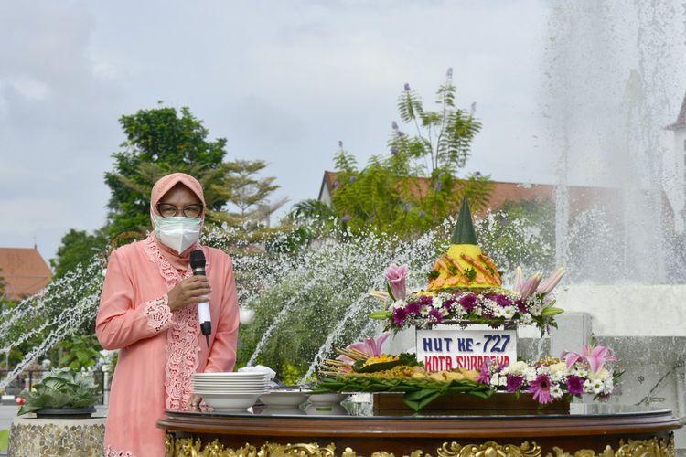 Wali Kota Surabaya Tri Rismaharini saat menggelar prosesi potong tumpeng yang dilakukan bersama jajarannya untuk merayakan Hari Jadi Kota Surabaya ke-727 yang jatuh pada setiap tanggal 31 Mei di Balai Kota Surabaya, Minggu (31/5/2020).