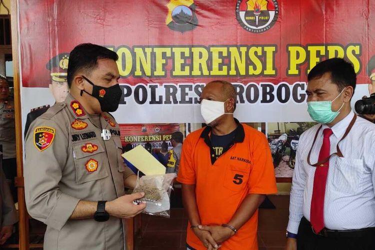 Kapolres Grobogan AKBP Jury Leonard Siahaan menjelaskan perkara kejahatan narkotika yang menjerat oknum kades Karangpaing, Agus Santoso di Mapolres Grobogan, Senin (21/12/2020).