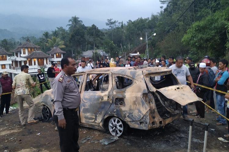 Proses olah tempat kejadian perkara temuan dia jenazah dalam mobil terbakar oleh anggota kepolisian di Cidahu, Sukabumi,Jawa Barat, Minggu (25/8/2019).
