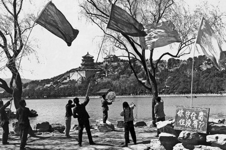 Mahasiswa di Beijing berburu burung gereja di Istana Musim Panas dalam rangka Kampanye Empat Hama pada 1958.
