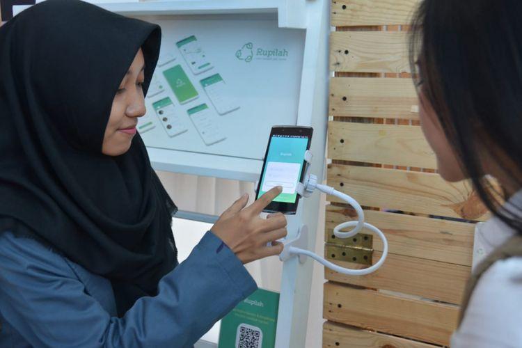 Thalita Nursinta Aulia, mahasiswa Program Studi Desain Komunikasi Visual (DKV) Universitas Dian Nuswantoro (Udinus) Semarang menujukkan aplikasi atau pilah sampah jadi rupiah, Sabtu (1/12/2018)