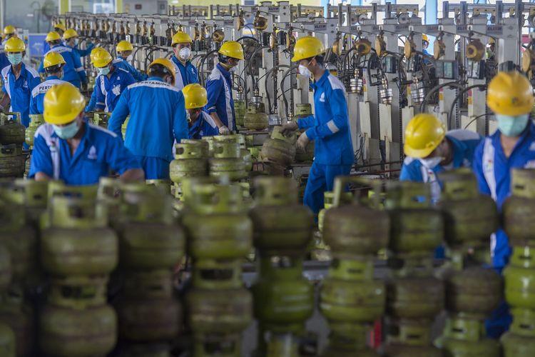 Pekerja mengisi LPG ke tabung Elpiji ukuran tiga kilogram di Depot LPG Tanjung Priok, Jakarta, Jumat (28/7/2017). Depot LPG milik PT Pertamina (Persero) yang berada di wilayah Marketing Operation Region III Jawa Bagian Barat tersebut mampu mendistribusikan sebanyak 3250 Metric Ton per harinya dengan berbagai jenis produk seperti Elpiji, Bright Gas, Vi-Gas, HAP Series (propellant ramah lingkungan), dan Musicool (refrigerant hidrokarbon ramah lingkungan).