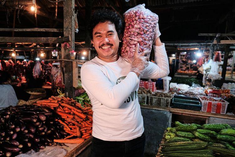 CEO Bayusvara, jasa penyewaan sound system, Bayu Fajri Hadyan (30) sempat beralih menjadi penjual sayur demi bisa bertahan hidup lantaran hantaman Covid-19. Ia menjual sayur dengan konsep bisnis menjual dan mengantarkan sayur ke pelanggan.