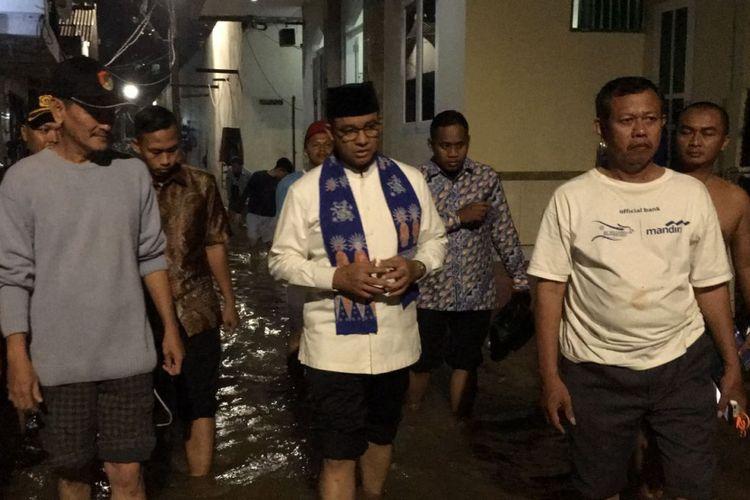 Anies Baswedan mendatangi rumah warga yang tewas ketika banjir di Cipete Utara, Jakarta Selatan, Kamis (19/10/2017).