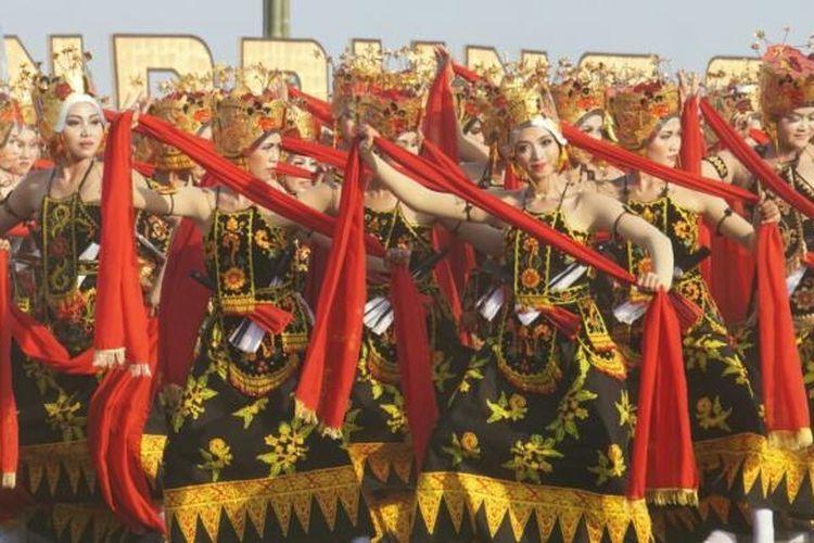 Di tengah adegan, para penari Gandrung menyanyikan Gending Seblang Lukinto bersama-sama pada acara Gandrung Sewu, Pantai Boom, Banyuwangi, Jatim, Sabtu (17/9/2016).