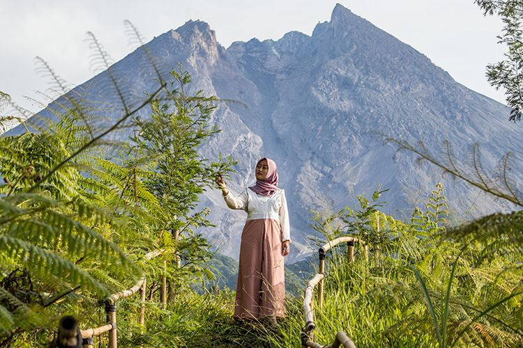 Puncak Gunung Merapi yang terlihat begitu dekat di obyek wisata Kali Talang, Klaten, Jawa Tengah.