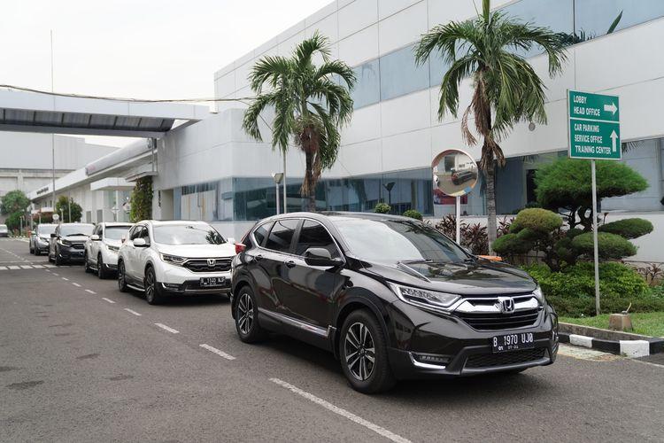 Rombongan Honda CR-V melakukan start di kantor pusat HPM sebelum menuju jalan tol layang Jakarta-Cikampek.