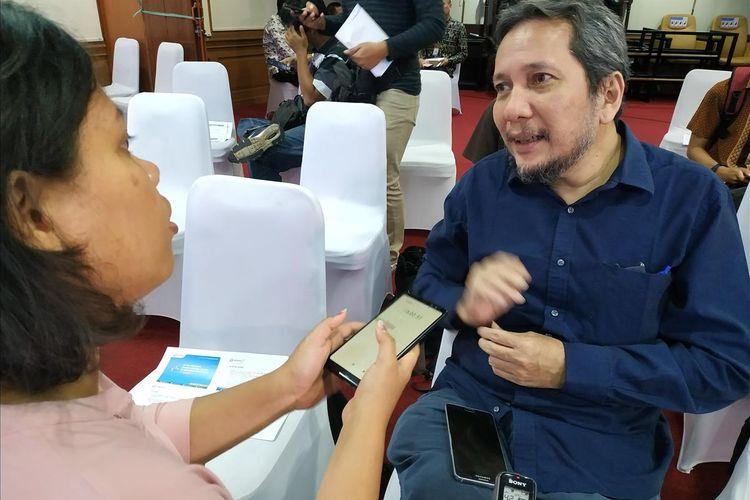 Anggota Ombudsman RI, Ahmad Alamsyah Saragih menjawab pertanyaan awak media di Gedung Ombudsman RI, Jakarta, Kamis (23/5/2019).