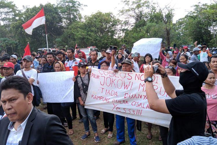 Warga Kampung Bulak, Cisalak, Depok melakukan demonstrasi saat diadakan penertiban oleh Satpol PP Kota Depok, Senin (11/11/2019)