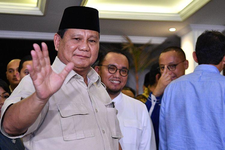 Calon Presiden dan Wakil Presiden nomor urut 02 Prabowo Subianto (kiri) dan Sandiaga Uno (kanan) bersiap meninggalkan lokasi konferensi pers seusai memberikan keterangan terkait putusan MK tentang perselisihan hasil pemilihan umum (PHPU) Pilpres 2019 di kediaman Prabowo, Jakarta Selatan, Kamis (27/6/2019). Prabowo-Sandi menyatakan menghormati dan menerima putusan MK yang menolak gugatannya.