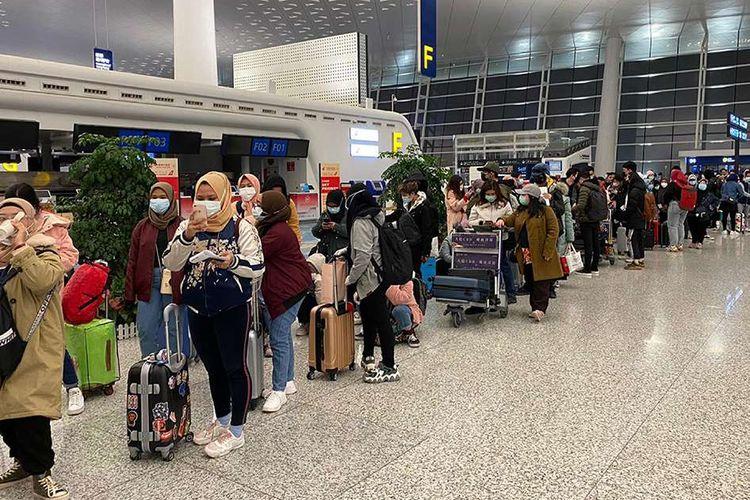 Sejumlah warga negara Indonesia (WNI) bersiap dievakuasi kembali ke Tanah Air, di Bandara Internasional Tianhe, Wuhan, Hubei, China, Sabtu (1/2/2020). Sebanyak 245 WNI di Wuhan akan dievakuasi ke Indonesia terkait merebaknya virus corona di wilayah itu.