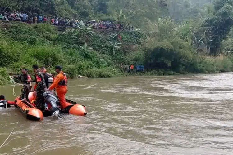 Tim Basarnas Mamuju mencari penumpang Toyota Avanza yang terjun ke sungai di Mamasa, Sulawesi Barat, pada Selasa (4/5/2021) pagi.