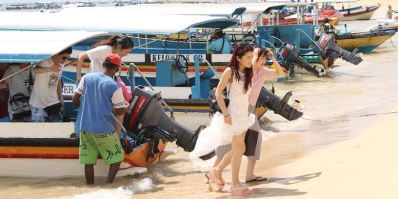 Wisatawan usai mengunjungi Pulau Penyu, di Tanjung Benoa, Bali.