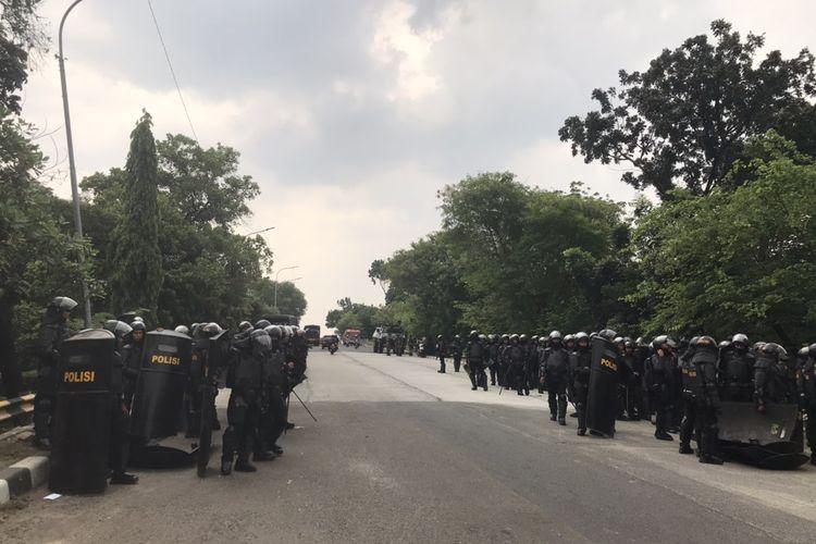 Jalan Akses UI, Kelapa Dua, Cimanggis, Kota Depok dijaga oleh aparat TNI - Polri pada Kamis (8/10/2020).