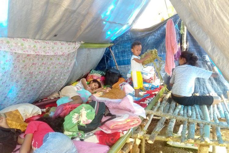 Kondisi pengungsi korban gempa yang mengungsi di perbukitan hutan Tahola, Desa Passo, Kecamatan Baguala, Ambon, Selasa (15/10/2019).