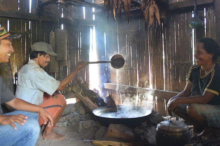 Seorang pengrajin masak Gola Kolang sedang menuangkan wae minse di kuali didampingi istrinya di Kampung Tado, Desa Ranggu, Kecamatan Kuwus Barat, Kabupaten Manggarai Barat, Flores Barat, Minggu (31/3/2019). Ini destinasi alternatif di luar Taman Nasional Komodo di Manggarai Barat.