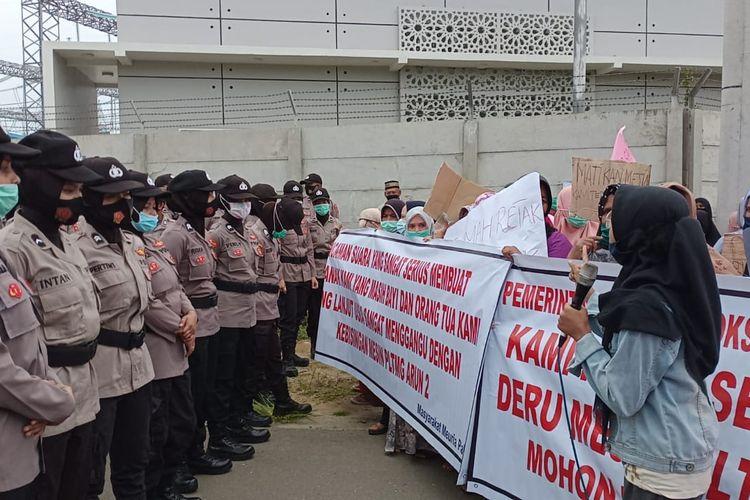 Ratusan warga Desa Meuriah Paloh, Kecamatan Muara Satu, Kota Lhokseumawe, Selasa (13/10/2020) melakukan aksi di depan pintu masuk perusahanan Pembangkit Listrik Tenaga Mesin Gas (PLTMG) Arun, Lhokseumawe