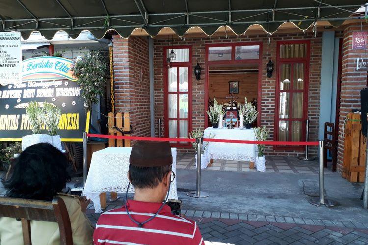 Jenazah Bayu disemayamkan di rumah duka Jalan Gubeng Kertajaya Surabaya, Selasa (22/5/2018)