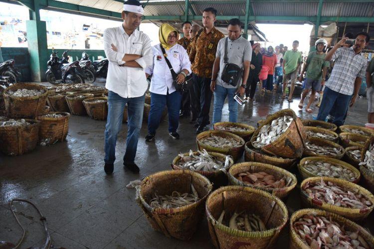 Cawagub Dedi Mulyadi saat menerima keluhan para nelayan di TPI Bina Bahari Kabupaten Indramayu, Senin (26/3/2018).