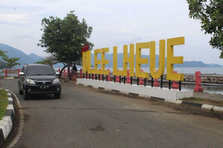 Mobil melintas di Pantai Ulee Lheue di Desa Ulee Lheue, Kecamatan Meraxsa, Kota Banda Aceh, Minggu (27/10/2019).