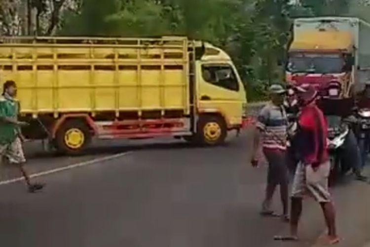 Tangkapan layar video para pengemudi truk pengangkut sapi menggeruduk Pos Polantas Pakah, Kecamatan Semanding, Tuban.
