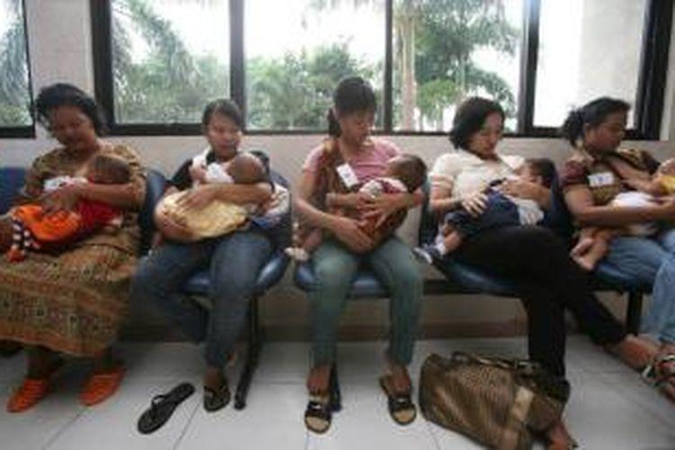 Ilustrasi: Para ibu menyusui anaknya saat menunggu waktu untuk mengikuti lomba kualitas menyusui, memperingati Hari Ibu di Puskesmas Kecamatan Kelapa Gading, Jakarta, Senin (22/12/2008).
