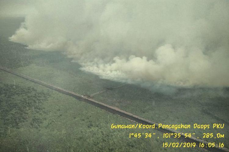 Hasil pantauan udara tim satgas kebakaran hutan dan lahan di Riau, akibat kebakaran lahan mengeluarkan kabut asap pekat (Dok.Manggala Agni Pekanbaru 15/2/2019)