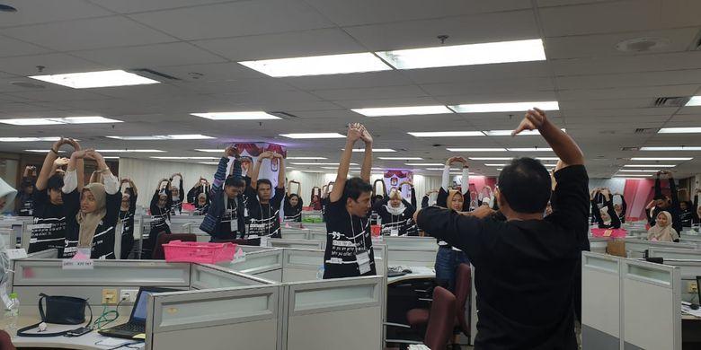 Teman-teman konfirmator di war room melakukan peregangan (stretching) untuk melemaskan otot-otot yang kaku setelah bekerja lebih dari 12 jam sejak pukul 05.30 tadi pagi. (GIANIE/LITBANG KOMPAS)