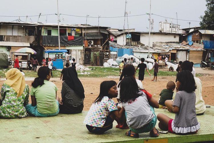 Anak-anak Kampung Muka, Kelurahan Ancol, Kecamatan Pademangan, Jakarta Utara bermain di area perkampungan pada Minggu (5/4/2020). Saat ini, Indonesia menghadapi wabah pandemi corona dan mengharuskan setiap orang melakukan pembatasan fisik (physical distancing) untuk mencegah penularan. Pemerintah menyatakan per Senin (6/4/2020) sore, ada 2.491 orang positif corona, 192 orang sembuh, dan 209 orang sembuh.