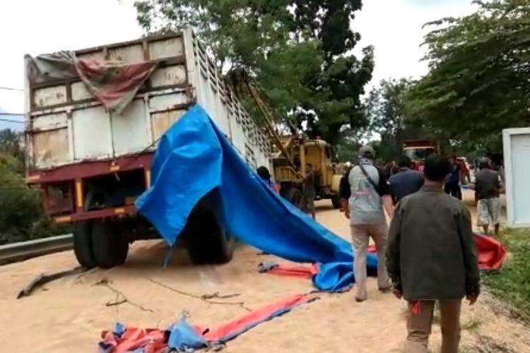 Gandengan truk saat dievakuasi usai kecelakaan beruntun di Jalan nasional Brebes-Purwokerto tepatnya di Desa Paguyangan, Kecamatan Paguyangan Kabupaten Brebes, Jawa Tengah, Selasa (31/3/2020).  (Foto: Istimewa)