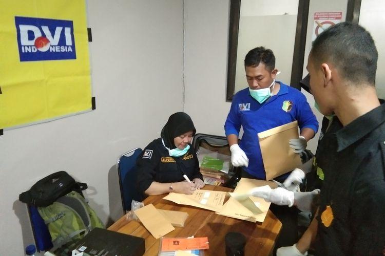 Petugas tengah memverifikasi berkas di Posko Post Mortem Biddokes Polda Jabar di RS MH Thamrin Purwakarta, Senin (2/9/2019).
