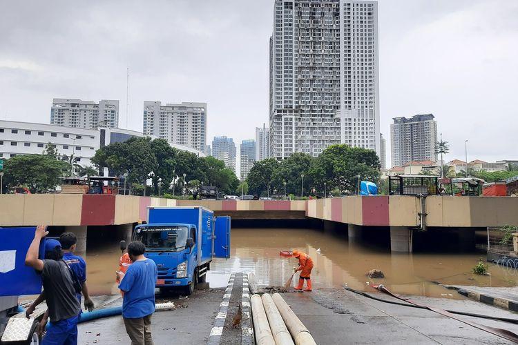 Underpass Gandhi di Kemayoran, Jakarta Pusat masih terendam 10 hingga 250 cm, Sabtu (25/1/2020)