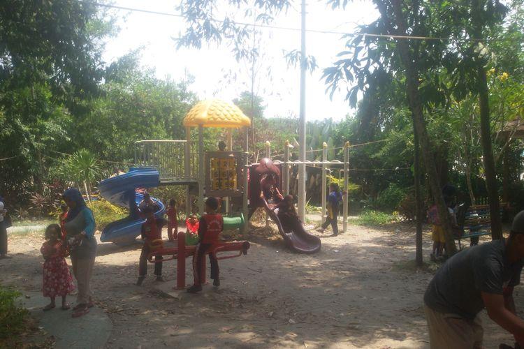 Wahana bermain anak di taman Bhaypark di Pangkal Pinang, Kepulauan Bangka Belitung.