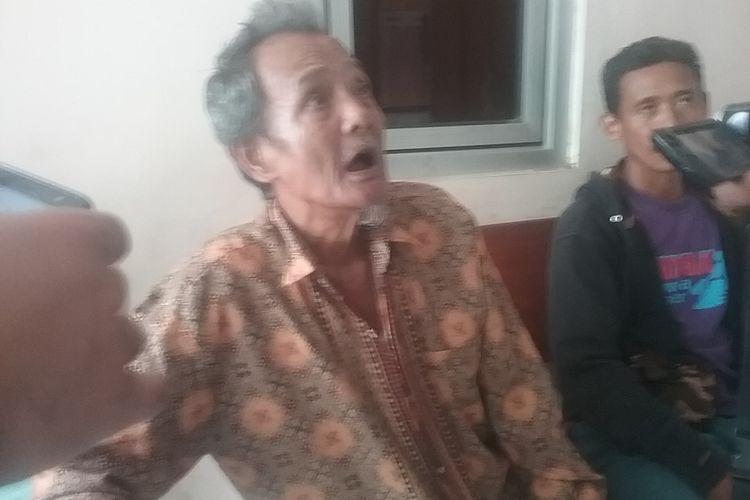 Warsidi (65), kakek korban penganiayaan yang dilakukan oleh cucunya. KOMPAS.COM/SLAMET PRIYATIN