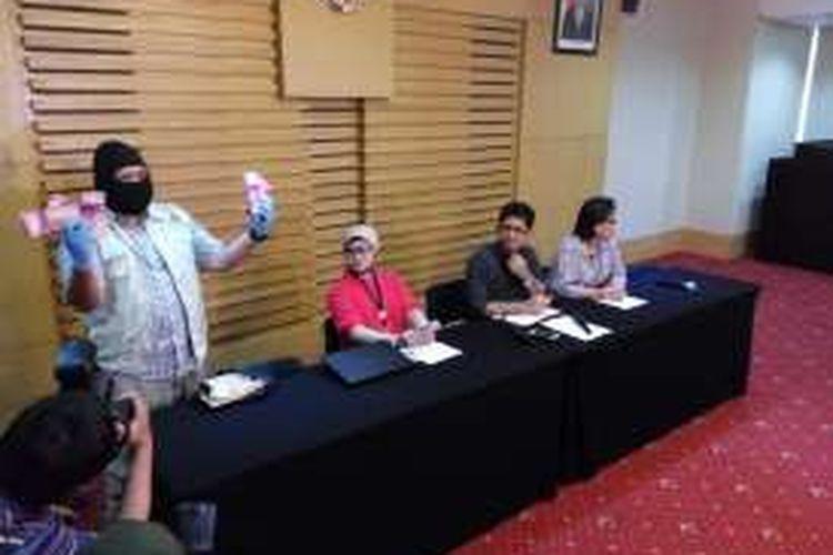 Penyidik KPK menunjukkan barang bukti hasil Operasi Tangkap Tangan (OTT) terhadap dua anggota DPRD Kebumen. Barang bukti ditunjukkan dalam konfrensi pers yang digelar di KPK Pusat, Jakarta, Minggu (16/10/2016).
