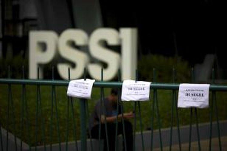 Pintu gerbang Kantor PSSI di Senayan, Jakarta, disegel oleh massa dari Pecinta Sepakbola Indonesia, Minggu (19/4/2015). Menteri Pemuda dan Olahraga (Menpora) Imam Nahrawi menjatuhkan sanksi administratif kepada PSSI yang isinya memutuskan pemerintah tidak mengakui seluruh kegiatan PSSI, termasuk hasil KLB di Surabaya yang memilih kepengurusan periode 2015-2019.